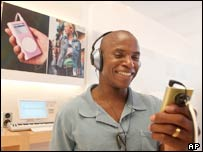 Man listening to mini iPod in Apple store