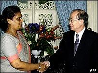 Yasushi Akashi (r) meets President Chandrika Kumaratunga