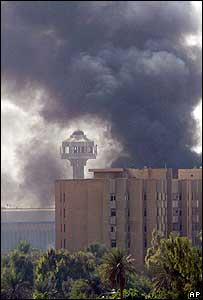 Una columna de humo se eleva de la Zona Verde de Bagdad