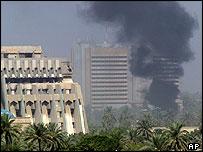 Columna de humo en la Zona Verde; en el fondo, el Hotel Rashid