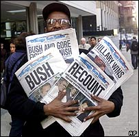 Periódicos mostrando los diferentes resultados de las elecciones de 2000.