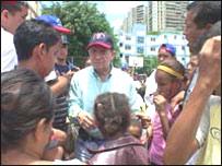 El alcalde Peña en un barrio de la capital venezolana (foto: Alcaldía de Caracas)