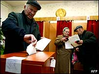 Man voting in Minsk