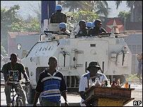 Tropas brasileñas y policías haitianos patrullan calles de Puerto Príncipe.