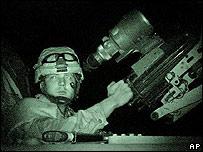 Militar estadounidense en un tanque en Faluya.