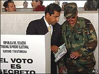 Lucio Gutiérrez votando este domingo