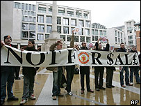 United fans demonstrate against Glazer outside the London Stock Exchange