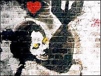Ni�a abrazando una bomba, de Banksy. Imagen cortes�a de artofthestate.co.uk