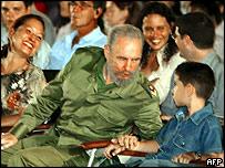 Fidel Castro con Elián González antes de pronunciar el discurso en Santa Clara
