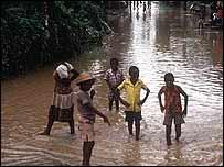 Niños haitianos en medio de las inundaciones