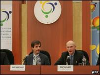 Comisario de comercio de la UE, Pascal Lamy (der) y funcionario de comercio de Argentina, Martin Redrado (izq)