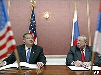 US Energy Secretary Spencer Abraham (left) and the head of Russia's Atomic Energy Agency, Alexander Rumyantsev, during the signing ceremony in Moscow