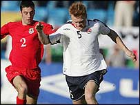 Mark Delaney challenges John Arne Riise