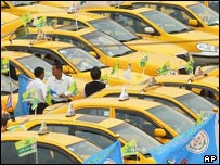 Over 500 taxi drivers fill an open park in support of President Chen Shui-bian in March 2004, in Taipei