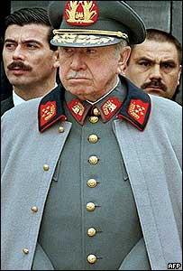 Augusto Pinochet celebrando sus 88 a�os en noviembre del 2003.