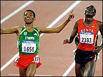Haile Gebrselassie (left) beats Paul Tergat in Sydney