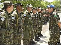 UN peacekeepers with Brazilian army general, Augusto Heleno Ribeiro Pereira.