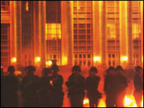 Soldiers rush out of the Great Hall of the People, early morning 04/06/1989 (64memo.com)