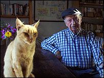 Volodia Teitelboim y su gata Miel.  Foto: Manuel Toledo