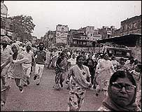 Crowds race towards the Golden Temple after it reopens (Photo courtesy The Tribune)