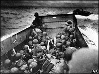 Soldados estadounidenses a punto de desembarcar en Normandía