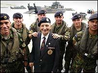 Ветеран в окружении солдат