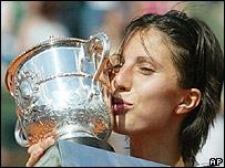 Anastasia Myskina  besa la copa del Roland Garros.
