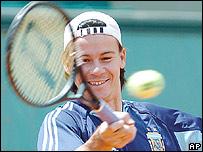 El argentino Guillermo Coria sonríe durante el entreno de hoy.