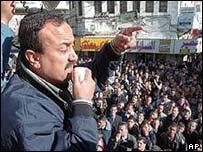 Marwan Barghouti se dirige a una multitud de palestinos. Foto de archivo.