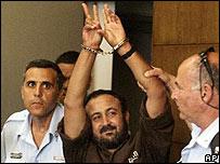 Marwan Barghouti hace señal de victoria después del juicio.