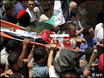 Palestinian mourners carry body of Arafat Ibrahim Yakub in Kalandia