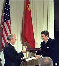 Михаил Горбачев и Рональд Рейган обмениваются копиями договора