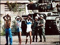 Soldados estadounidenses en la invasi�n de Granada.