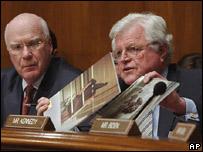 Senador Edward Kennedy muestra al senado fotos de las torturas a prisioneros iraquíes.