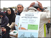 Men try to raise money for the construction of a mosque in Valenciennes