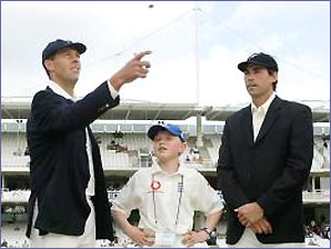 Marcus Trescothick and Stephen Fleming toss a coin