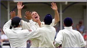 Simon Jones celebrates with his England team mates