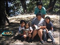 Ana y cuatro de sus hijos.  Foto: Manuel Toledo