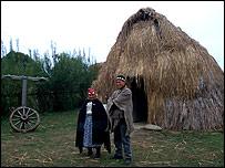 Anciana yerbatera y joven mapuche, Chile. Foto: Dimas Portes Alemany