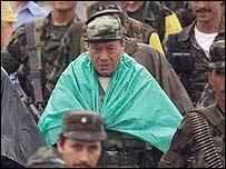 Tirofijo rodeado por guerrilleros de las FARC.