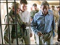 Karpinski con el subsecretario de Defensa de EE.UU., Paul Wolfowitz en Abu Ghraib, julio de 2003
