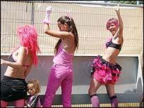 american-girls-using-the-urinals-teen-traffic
