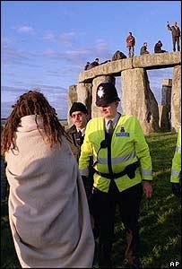 Adoradores y policías en 1999.