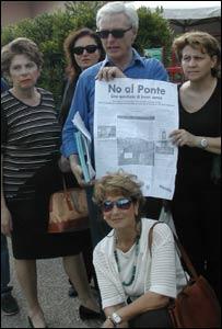 Grupo de protesta en contra del puente.