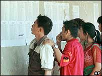 Hmong refugees check lists of those eligible for resettlement in the US (18/06/04) 