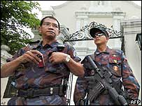 Police near Forbes Park district in Manila (21/06/04)