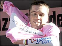 Brad McGee dons the leader's jersey in the Giro d'Italia