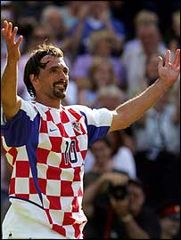 Goran Ivanisevic milks the applause of the crowd after his final match on Centre Court