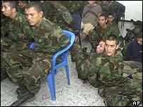 Presuntos paramilitares detenidos.