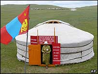 Mongolian ger being used as a polling booth, 27/06/04